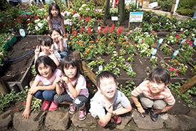 完成した花壇の前で記念撮影!(「ポピンズナーサリースクール多摩川・下丸子」の園児たち)