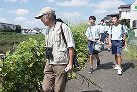 「自然観察」班。川辺を歩いて生き物や植物を観察