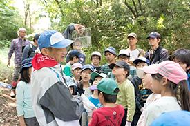 保川さんからホトケドジョウの説明を受ける子どもたち。みんな興味津々!