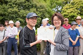 代表の増田さん(左)に認定証を授与