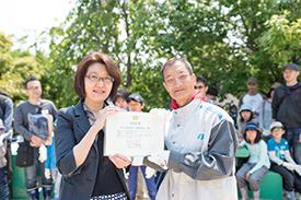 認定証の授与式にて。右は代表の保川さん